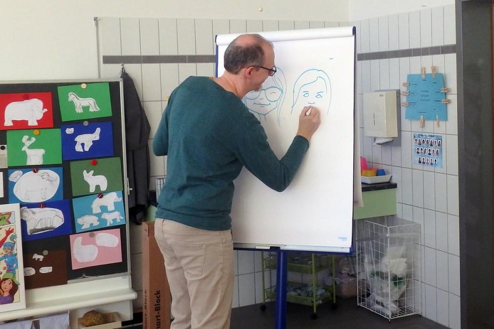 Zeichner Dani Lutz bei der Arbeit